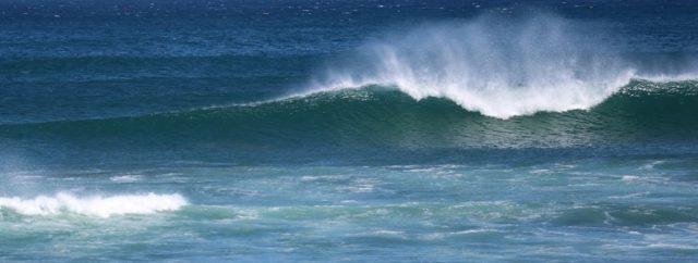 波を斜め横かなら見た写真